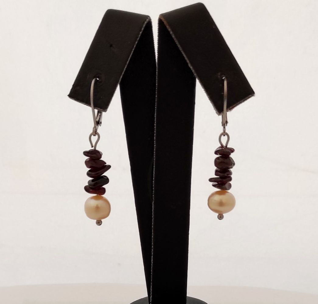 Náušnice s granátem a říční perlou